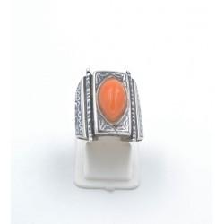 Anello in argento 925/°°° con corallo e decori in niello